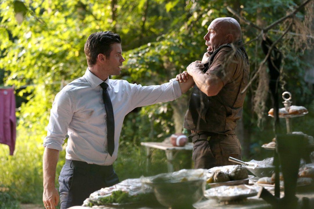Als Elijah (Daniel Gillies, l.) erfährt, dass Jäger im Wald Wölfe verfolgt, verliert er tatsächlich seine Contenance ... - Bildquelle: Warner Bros. Entertainment Inc.