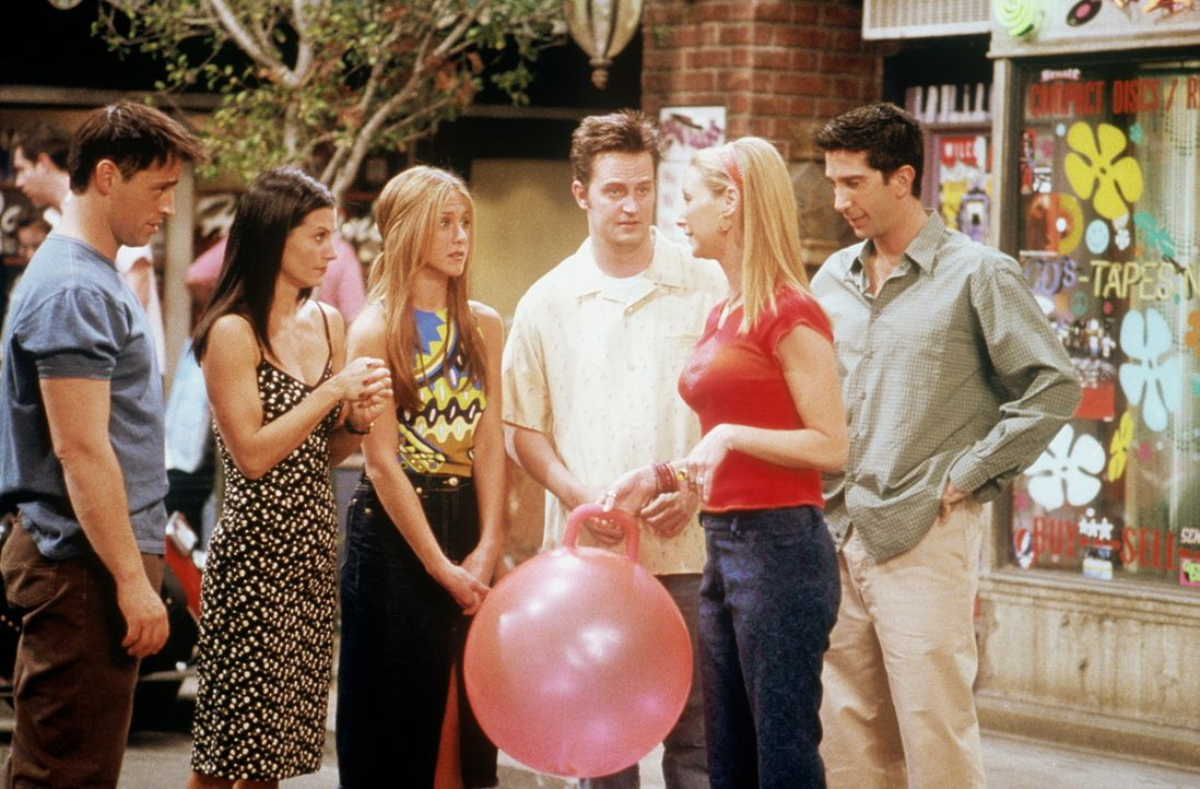 Phoebe (Lisa Kudrow, 2.v.r.) erinnert sich, dass sie ihren dreißigsten Geburtstag gerne mit ihren Freunden (v.l.n.r.) Joey (Matt LeBlanc), Monica (... - Bildquelle: TM+  2000 WARNER BROS.