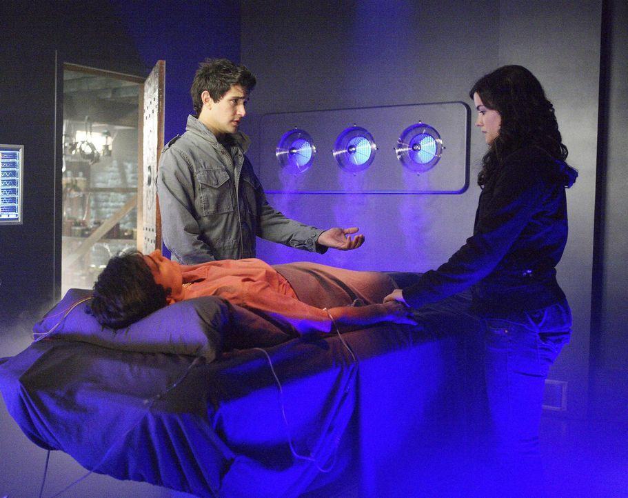 In einem verlassenen Haus im Wald stoßen Kyle (Matt Dallas, l.) und Jessi (Jaimie Alexander, r.) auf einen laborähnlichen Raum. Darin finden sie A... - Bildquelle: TOUCHSTONE TELEVISION