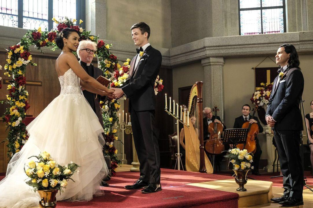Die Hochzeit von Iris (Candice Patton, l.) und Barry (Grant Gustin, 2.v.r.) steht bevor. Noch sind Cisco (Carlos Valdes, r.) und alle anderen Freund... - Bildquelle: 2017 Warner Bros.