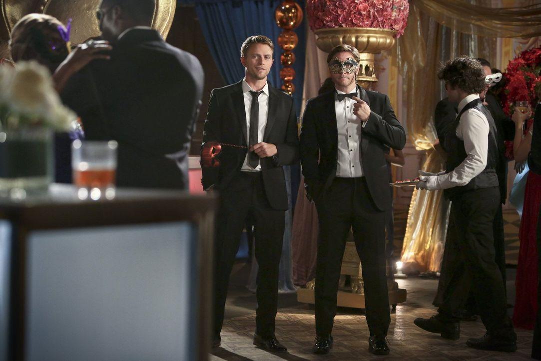 Wade (Wilson Bethel, l.) und George (Scott Porter, r.) wissen ganz genau, wie sie die Halloween-Nacht verbringen wollen ... - Bildquelle: Warner Brothers