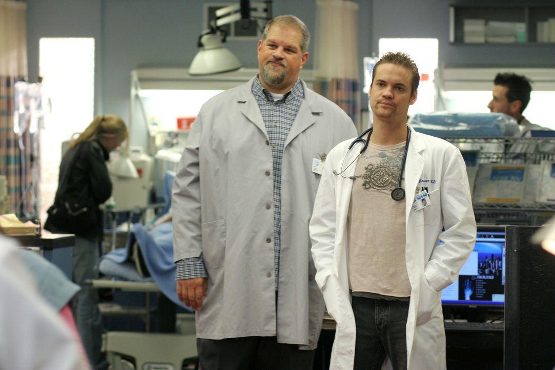 Versuchen Dubenko bei seiner Arbeit zu unterstützen: Ray (Shane West, r.) und Jerry (Abraham Benrubi, l.) ... - Bildquelle: Warner Bros. Television