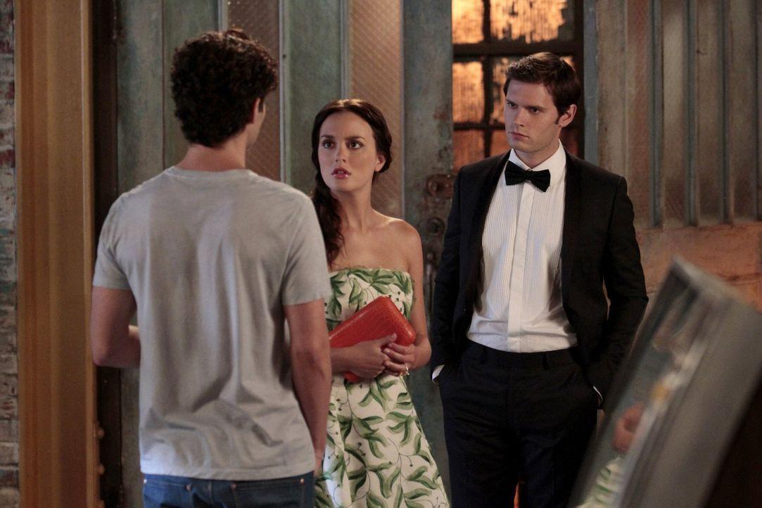 Während Blair (Leighton Meester, M.) und Louis (Hugo Becker, r.) aus Monaco zurückkehren und mit der Hochzeitsplanung beginnen, hat Dan (Penn Badgle... - Bildquelle: Warner Bros. Television