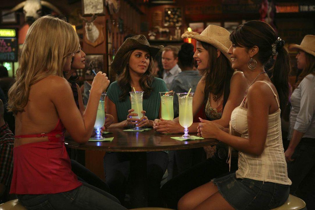 Lily hat ihre Kollegin so noch nie erlebt und gegenüber Robin (Cobie Smulders, 2.v.r.) ist ihr das Verhalten der Party-Mädels äußerst peinlich. Aber... - Bildquelle: 20th Century Fox International Television
