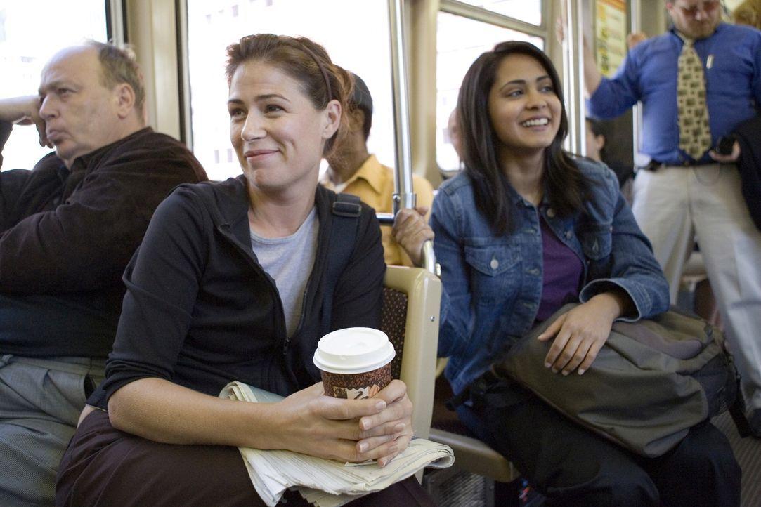 Auf ihrem Weg ins County machen Abby (Maura Tierney, l.) und Neela (Parminder Nagra, r.) Bekanntschaft mit zwei äußerst eingebildeten jungen Frauen... - Bildquelle: Warner Bros. Television