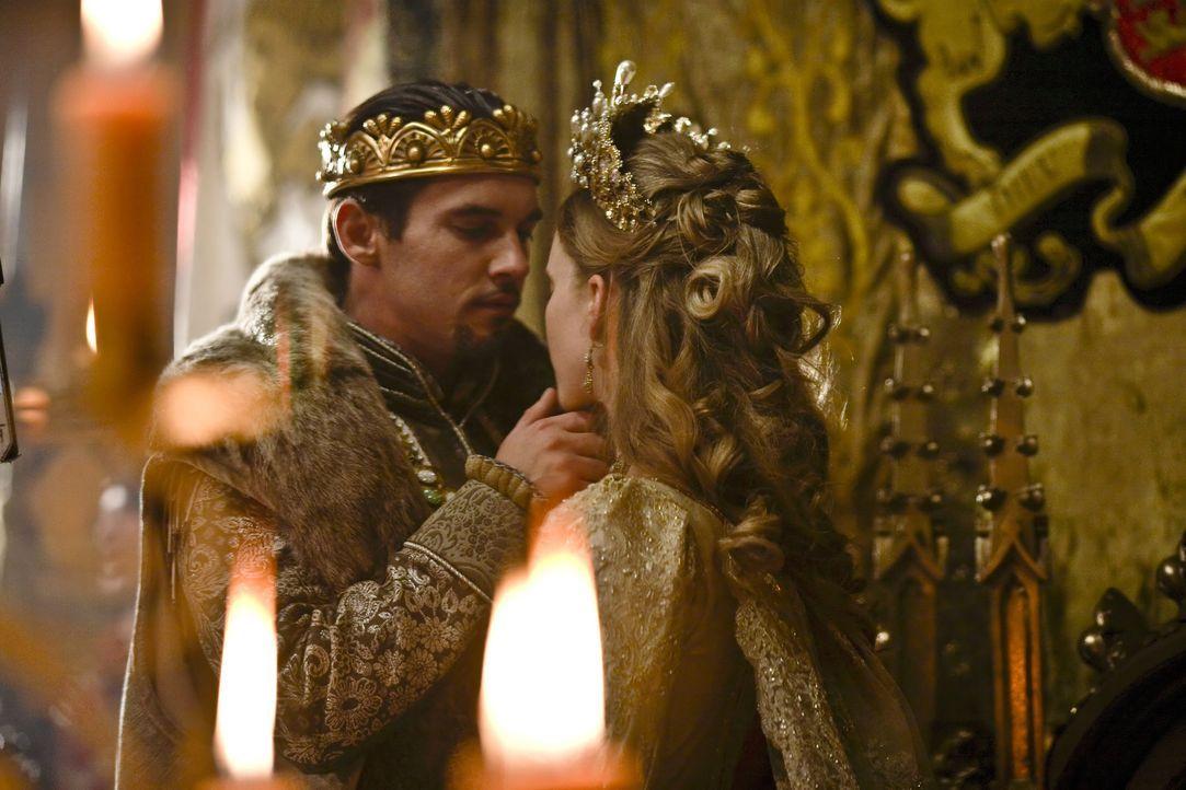 Mit der einen Hand leitet er die Politik des Landes und mit der anderen führt er die nächste Frau zum Traualtar: Englands König Henry VIII. (Jona... - Bildquelle: 2010 TM Productions Limited/PA Tudors Inc. An Ireland-Canada Co-Production. All Rights Reserved.