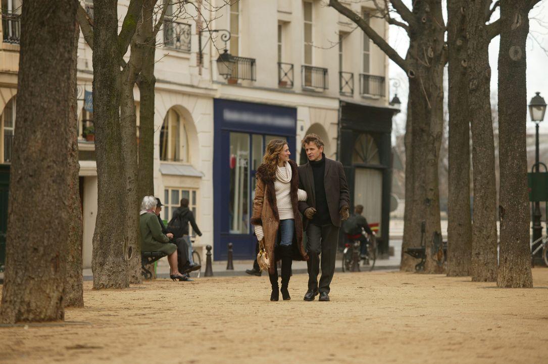 Schon bald fühlt sich Carrie (Sarah Jessica Parker, l.) abgrundtief einsam in Paris, denn Aleksandr (Mikhail Baryshnikov, r.) ist die meiste Zeit vo... - Bildquelle: Paramount Pictures