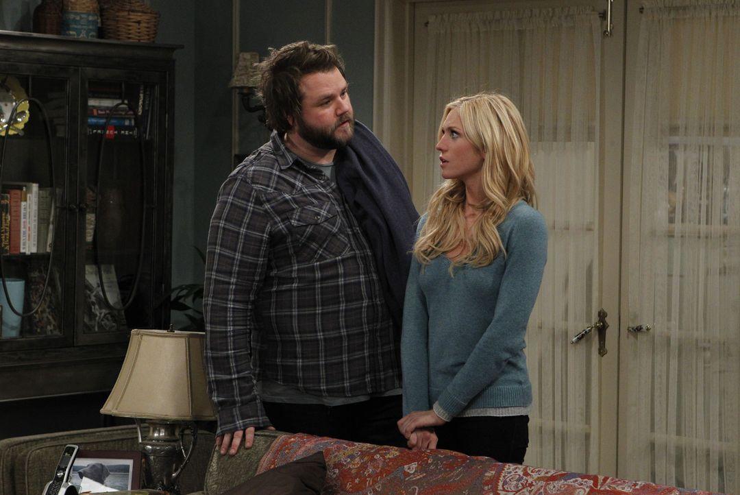Zum Leidwesen von Kate, verbringen Julia (Brittany Snow, r.) und Larry (Tyler Labine, l.) eine gemeinsame Nacht ... - Bildquelle: CPT Holdings, Inc. All Rights Reserved.