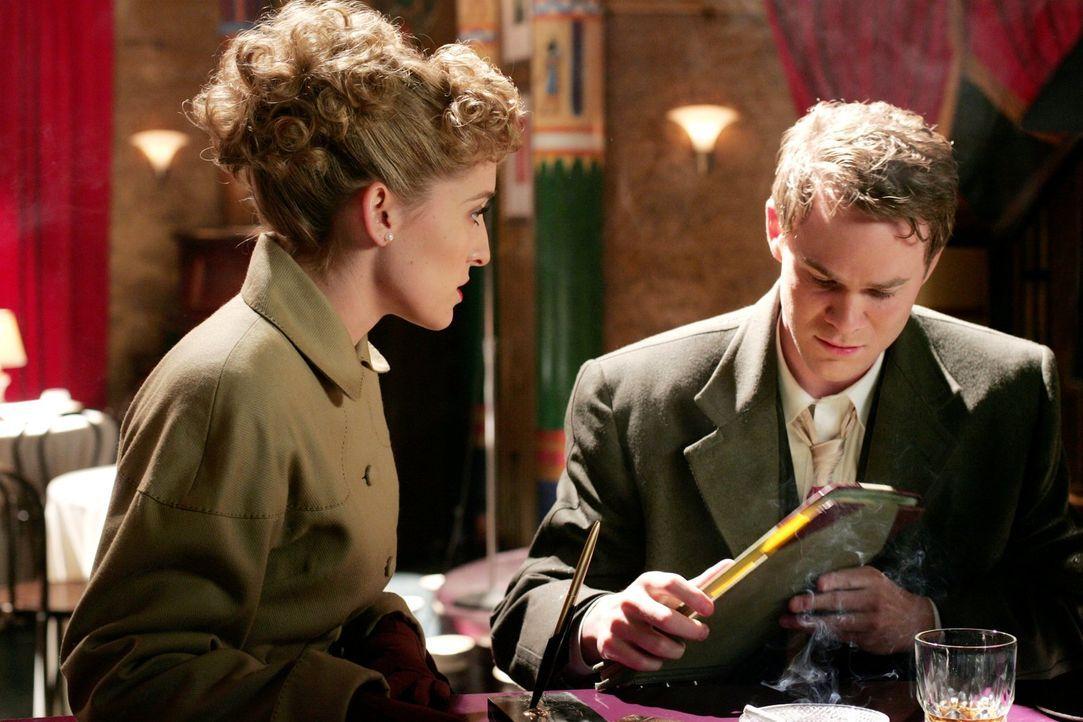 Ein Paar sind sie im Smallville der 1940er nicht, aber auch dort arbeiten sie zusammen: Jimmy (Aaron Ashmore, r.) und Chloe (Allison Mack, l.) versu... - Bildquelle: Warner Bros.