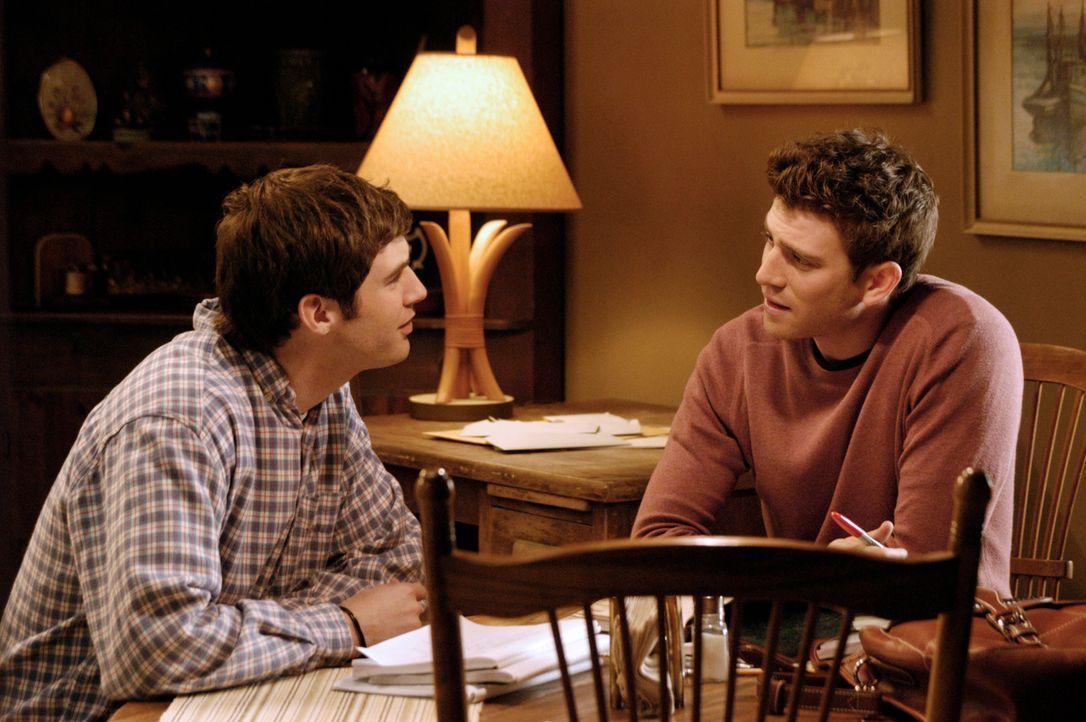 Ronnie (Jonathan Murphy, l.) erzählt Nick (Bryan Greenberg, r.) ein Geheimnis: Er glaubt, dass sein Vater ein Verhältnis hat ... - Bildquelle: 2007 American Broadcasting Companies, Inc. All rights reserved.