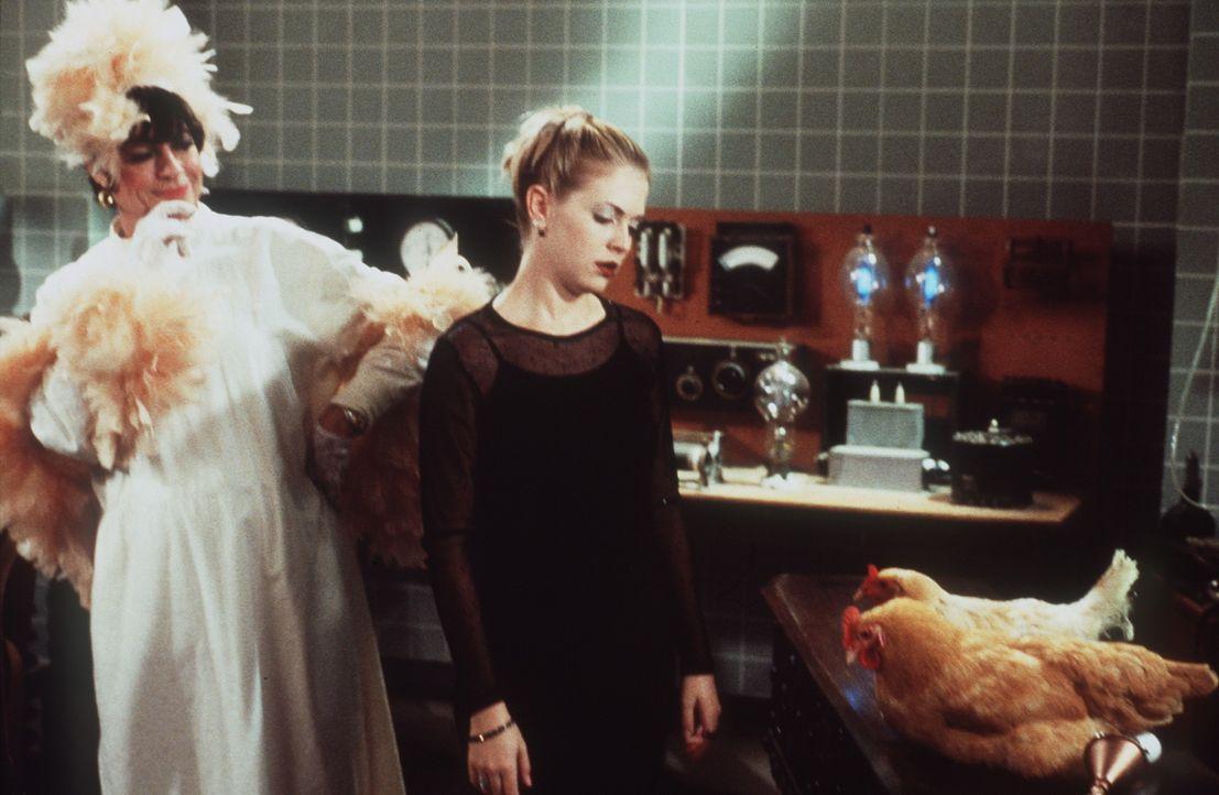 Sabrina (Melissa Joan Hart, r.) ist traurig, denn ihre Tanten sind in Hühner verwandelt worden. - Bildquelle: Paramount Pictures