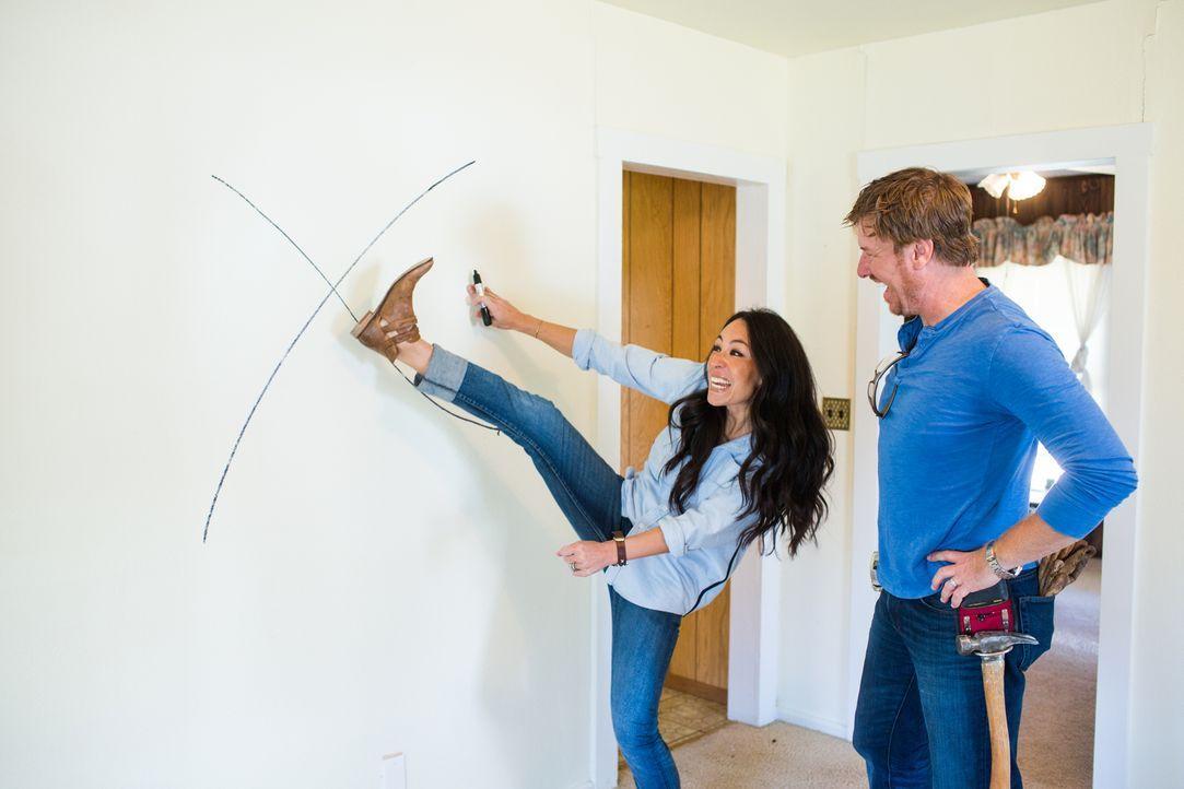 Für die Eberle-Familie gehen die Renovierungsprofis Jo (l.) und Chip (r.) an ihre Grenzen und verzaubern ein heruntergekommenes Haus in einen Landha... - Bildquelle: Rachel Whyte 2016, HGTV/Scripps Networks, LLC. All Rights Reserved.