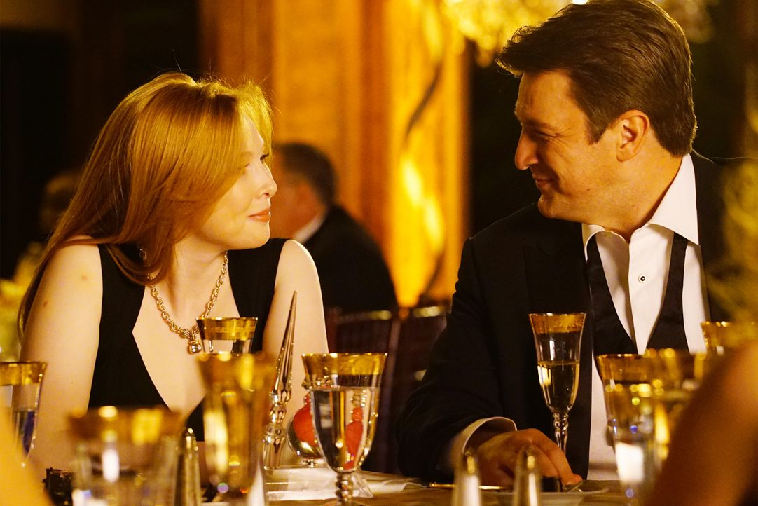 Alexis (Molly C. Quinn, l.) ist von der emotionalen Rede ihres Vaters Castle (Nathan Fillion, r.) besonders gerührt ... - Bildquelle: Richard Cartwright ABC Studios / Richard Cartwright