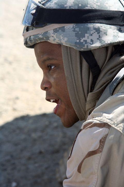 Dr. Michael Gallant (Sharif Atkins) befindet sich gemeinsam mit Soldaten einer Kampfeinheit auf einem der offenen Planwagen, als die Kolonne plötzli... - Bildquelle: Warner Bros. Television