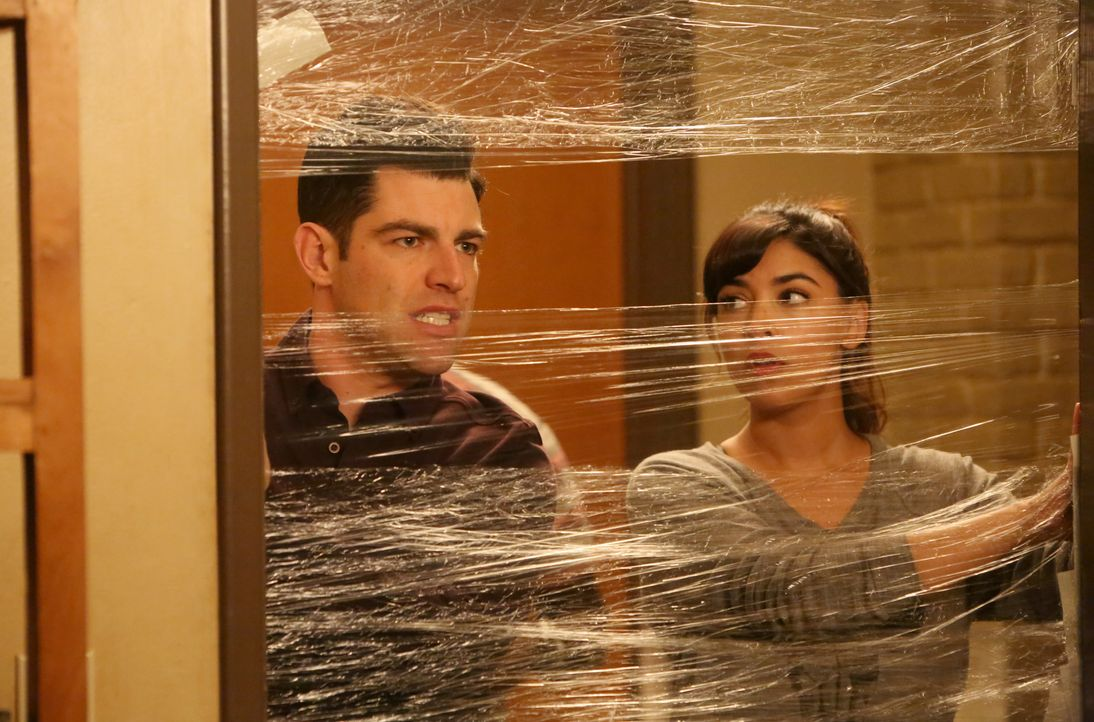 Schmidt (Max Greenfield, l.) stellt Cece (Hannah Simone, r.) und Nick unter Quarantäne, als diese eine sich eine Erkältung einfangen ... - Bildquelle: Patrick McElhenney 2016 Fox and its related entities. All rights reserved. / Patrick McElhenney