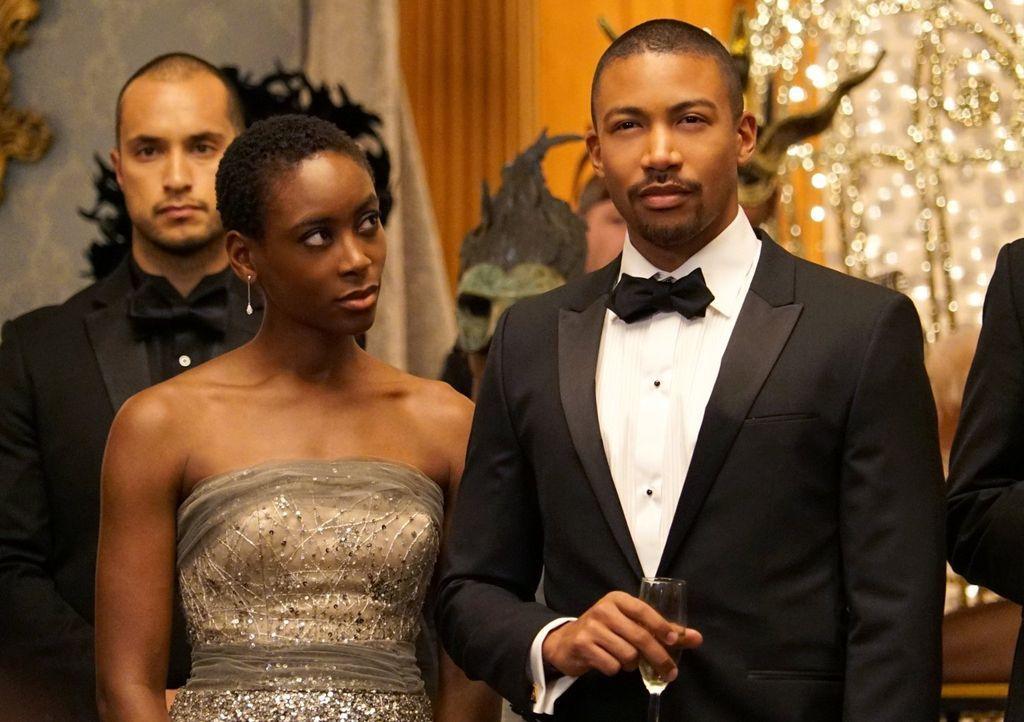Aya (Tracy Ifeachor, l.) macht Marcel (Charles Michael Davis, r.) ein verlockendes Angebot, doch möglicherweise trügt der glamouröse Schein ... - Bildquelle: Warner Bros. Entertainment Inc.