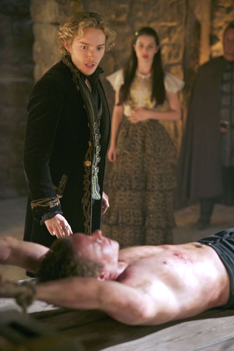 In die Enge getrieben, schreckt Francis (Toby Regbo, M.) selbst nicht vor der Folter zurück, während Mary (Adelaide Kane, hinten) nur sprachlos zusc... - Bildquelle: Sven Frenzel 2014 The CW Network, LLC. All rights reserved.