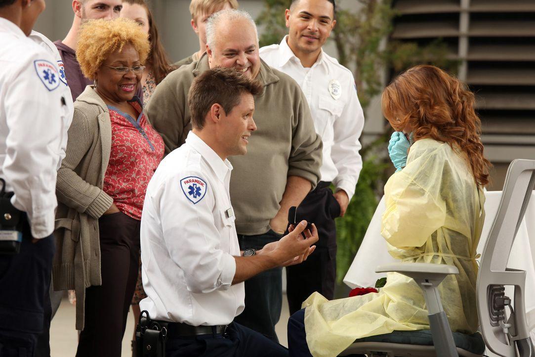 Für April (Sarah Drew, r.) entpuppt sich ein bislang ärgerlicher Tag, als fantastisch. Matthew (Justin Bruening, l.) macht ihr einen unvergesslich... - Bildquelle: ABC Studios