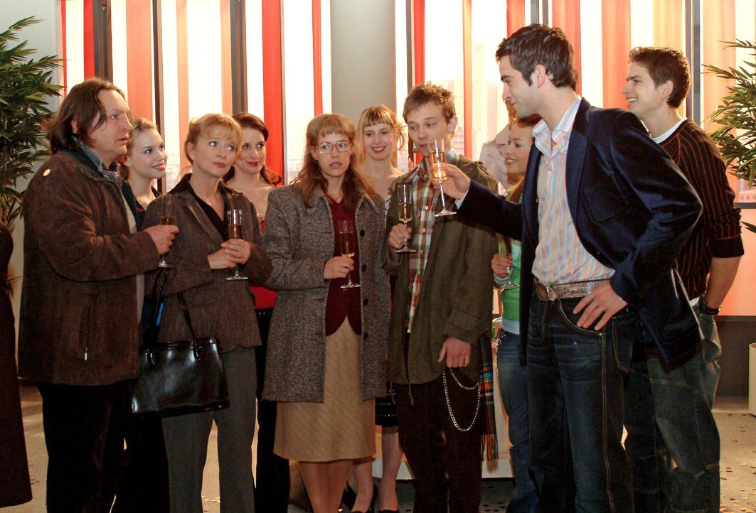 David (Mathis Künzler, r.) ist über die Verlobung von Lisa (Alexandra Neldel, M.) und Jürgen (Oliver Bokern, 3.v.r.) so erleichtert, dass er spontan... - Bildquelle: Monika Schürle SAT.1 / Monika Schürle