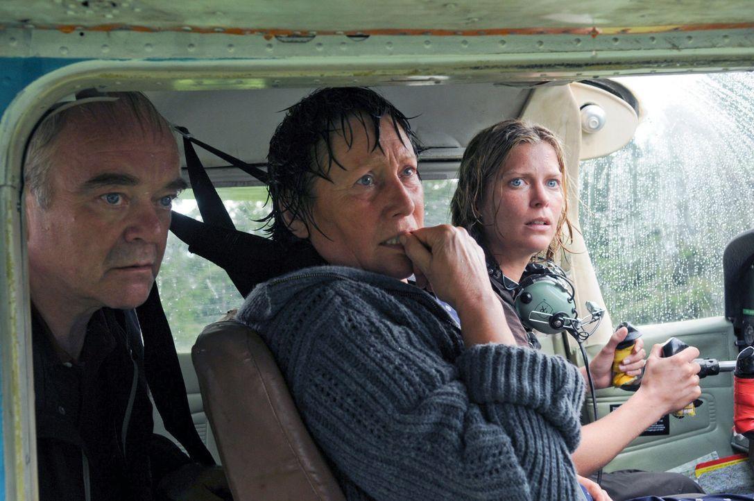 Rosel (Hertha Schell, M.), Friedrich (Götz Burger, l.) und Andrea (Valerie Niehaus, r.) müssen zusehen, wie die Wetterkatastrophe alles zerstört... - Bildquelle: Sat.1