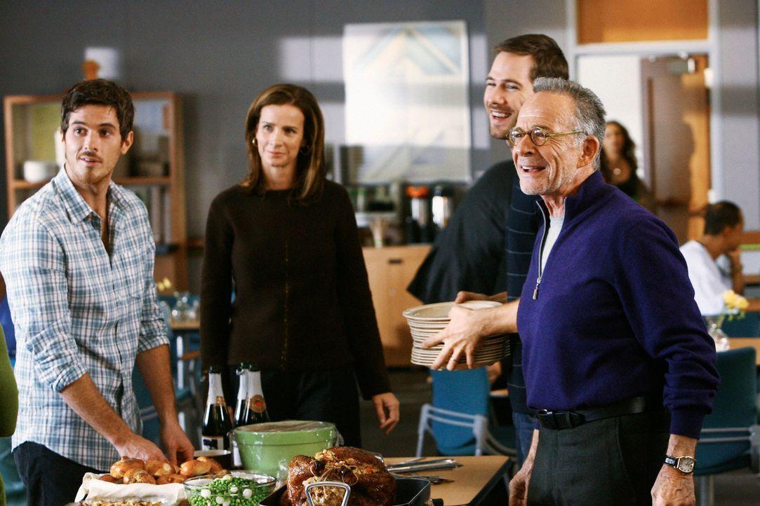 Ausgelassene Stimmung: Justin (Dave Annable, l.), Sarah (Rachel Griffiths, 2.v.l.), Scotty (Luke MacFarlane, 2.v.r.) und Saul (Ron Rifkin, r.) feier... - Bildquelle: 2008 ABC INC.