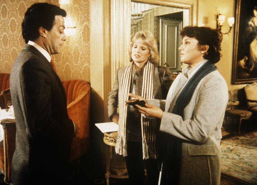 Cagney (Sharon Gless, M.) und Lacey (Tyne Daly, r.) wollen Hassan Ben Moqtadi (Richard Romanus, l.) festnehmen, aber der Sohn eines arabischen Minis... - Bildquelle: ORION PICTURES CORPORATION. ALL RIGHTS RESERVED.