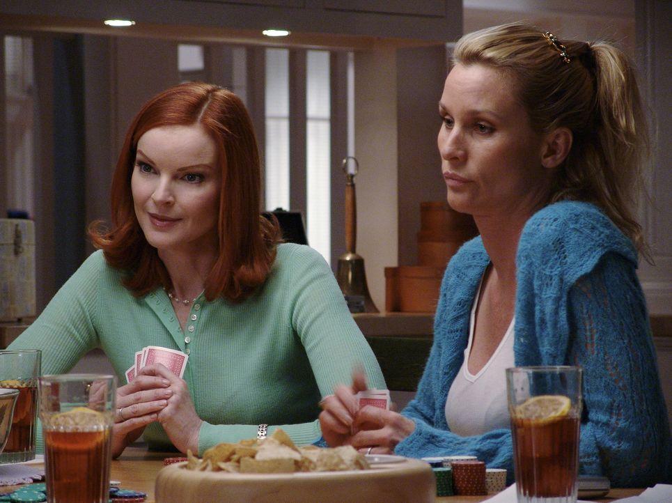 Kommen die Hausfrauen einem Geheimnis auf die Spur?: Edie (Nicollette Sheridan, r.) und Bree (Marcia Cross, l.) ... - Bildquelle: Touchstone Television