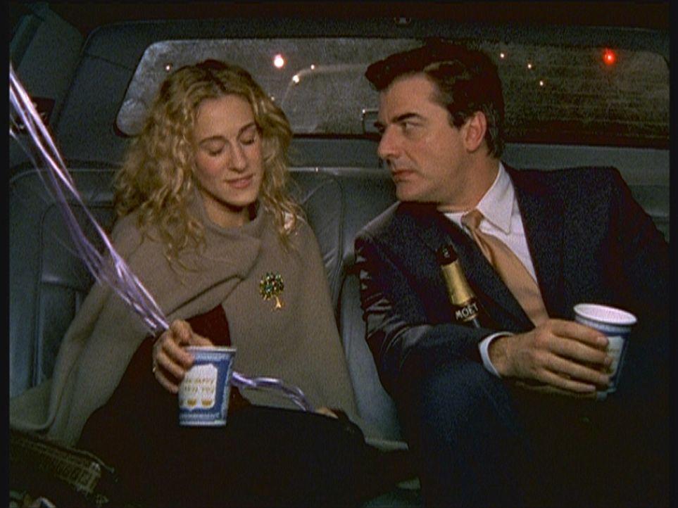 Nachdem Carrie (Sarah Jessica Parker, l.) mutterseelenallein ihre Geburtstagsparty, die in einem Restaurant stattfand, verlassen hat, wartet doch no... - Bildquelle: Paramount Pictures