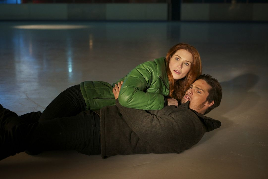 Ihr Einbruch in die Eishalle bleibt nicht unbemerkt. Vincent (Jay Ryan, r.) und Alex (Bridget Regan, l.) werden von der Polizei erwischt ... - Bildquelle: 2012 The CW Network. All Rights Reserved.