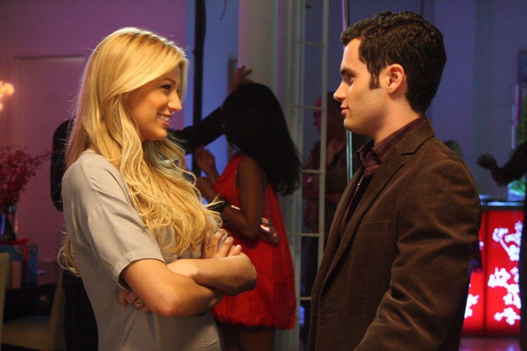 Serena (Blake Lively, l.) hat Dan (Penn Badgley, r.) auf die Geburtstagsparty für Blair geschleppt - doch auch er hat noch eine Überraschung für sei... - Bildquelle: Warner Bros. Television