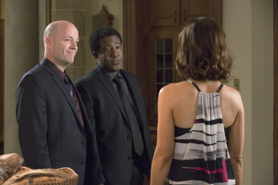 Als Marisol (Ana Ortiz, r.) für die Detectives Figueroa (E. Roger Mitchell, M.) und Wolf (Dean Cudworth, l.) das Überwachungsvideo des Unfallabends... - Bildquelle: 2014 ABC Studios