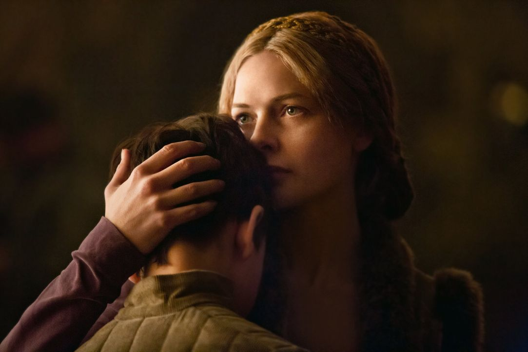 Elizabeth Woodville (Rebecca Ferguson, r.) nimmt Abschied von ihrem Sohn Prince Richard (Ted Allpress, l.), der zusammen mit seinem Stiefbruder nach... - Bildquelle: 2013 Starz Entertainment LLC, All rights reserved