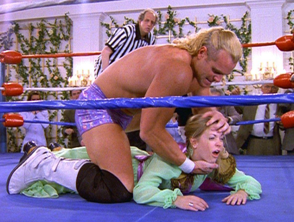 Sabrina (Melissa Joan Hart, liegend) muss mit dem Brautvater einen Ringkampf ausfechten. - Bildquelle: Paramount Pictures