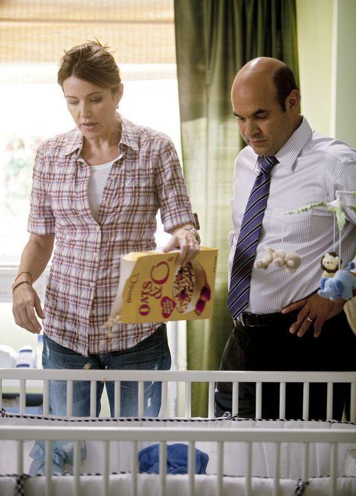 Zeigen dem neuen Kindermädchen, wie sie mit ihrem Sohn umzugehen hat: Ellie (Christa Miller, l.) und Andy (Ian Gomez, r.) ... - Bildquelle: 2010 ABC INC.