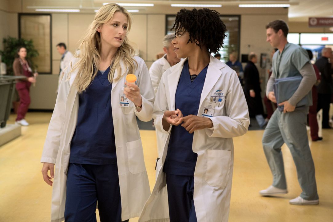 Eine junge Patientin hat sich auf einer Party eine schwere Pilzinfektion zugezogen. Können Tyra (Kelly McCreary, r.) und Emily (Mamie Gummer, l.) ih... - Bildquelle: 2012 The CW Network, LLC. All rights reserved.