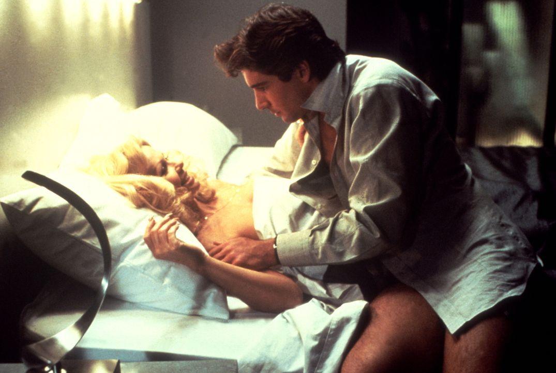 Eines Tages findet der Callboy Julian (Richard Gere, r.) eine seiner Kundinnen (Patti Carr, l.) ermordet auf und gerät unter Mordverdacht ... - Bildquelle: Paramount Pictures