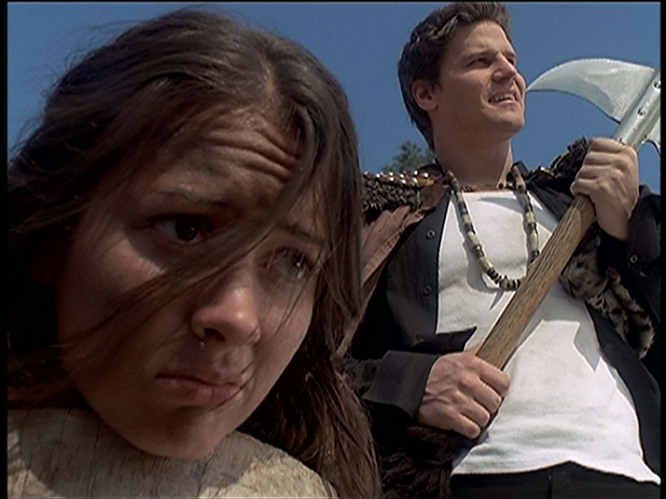 Angel (David Boreanaz, r.) weigert sich, auf einem Fest Winifried (Amy Acker, l.) zu erschlagen ... - Bildquelle: TM +   2000 Twentieth Century Fox Film Corporation. All Rights Reserved.