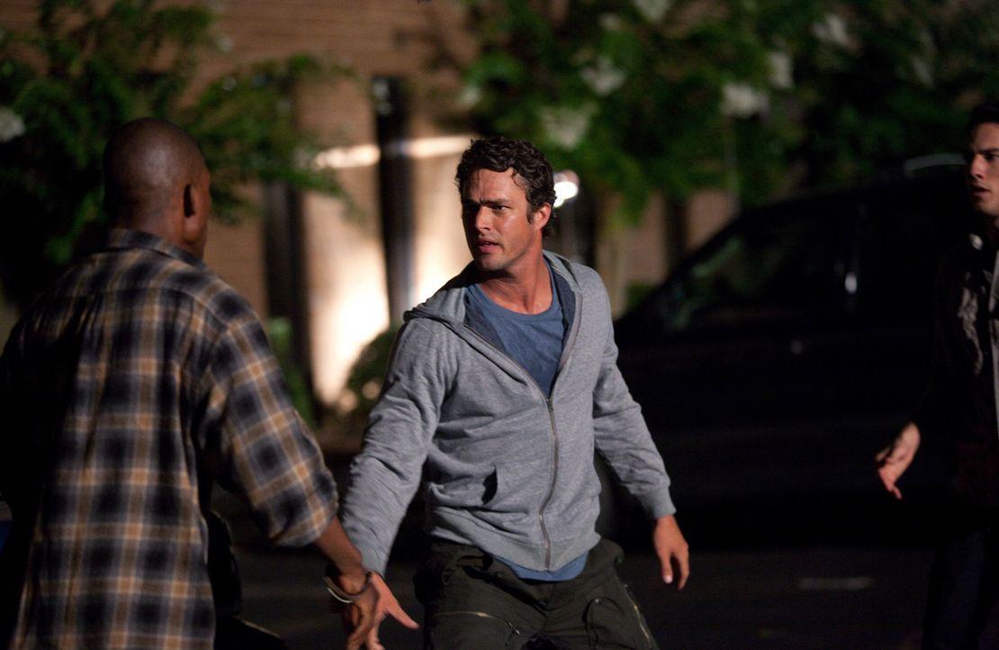 Bei dem Versuch die Streitenden Tyler (Michael Trevino, r.)und Carter (B.J. Britt, l.) auseinander zu bringen, überrascht Mason (Taylor Kinney, M.)... - Bildquelle: Warner Brothers