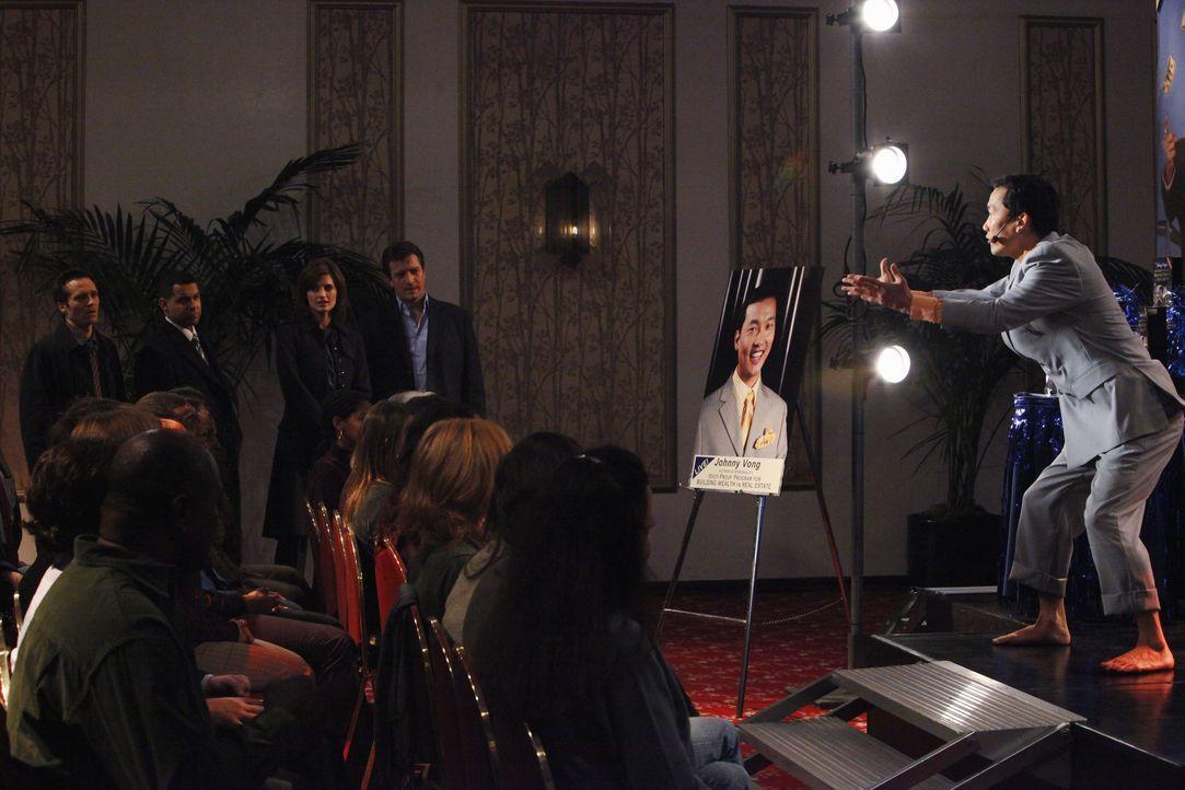 Die Polizei stattet Jonny Wong (Eddie Shin, r.) bei dessen Liveshow einen Besuch ab: Richard Castle (Nathan Fillion, 2.v.r.), Kate Bakett (Stana Kat... - Bildquelle: ABC Studios