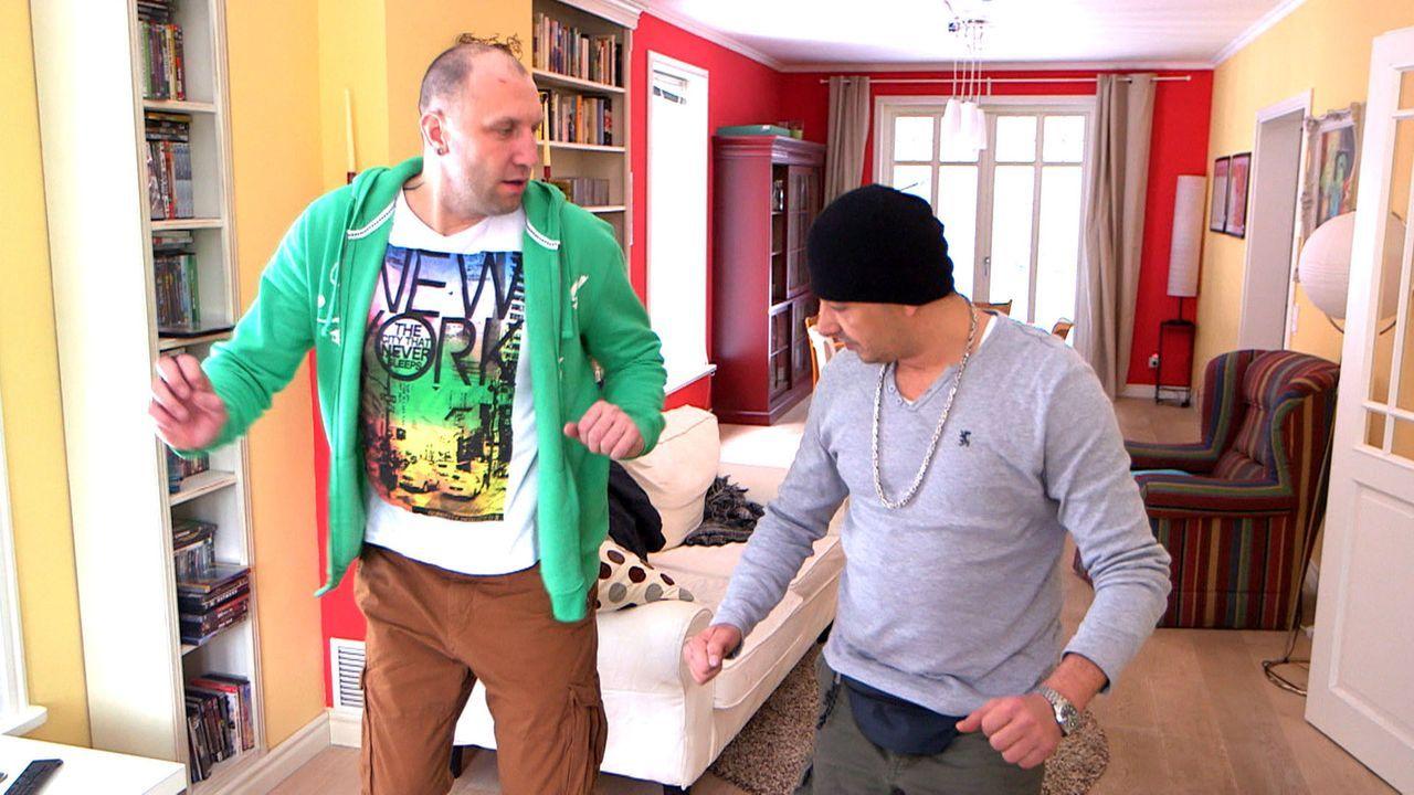 """Michael (l.) und Holger (r.) sind eifersüchtig. Um ihren Partnerinnen zu imponieren, strippen sie in der """"Kleinen Nachtrevue"""" - mit ungeahnten Folg... - Bildquelle: SAT.1"""