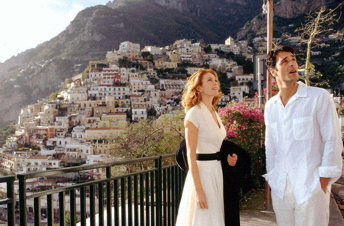 Als Frances (Diane Lane, l.) den charmanten Neapolitaner Marcello (Raoul Bova, r.) kennenlernt, scheint das Glück perfekt zu sein ... - Bildquelle: Buena Vista International Inc.