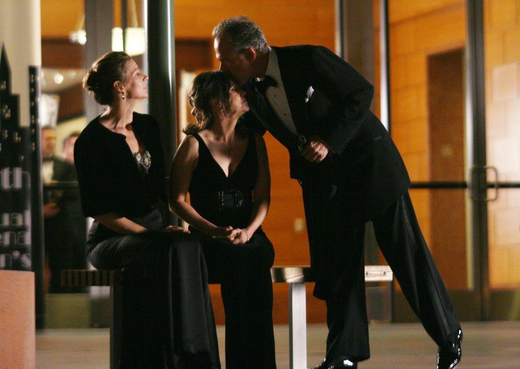 Ein gelungener verpfuschter Abend: Sarah (Rachel Griffiths, l.) Nora (Sally Field, M.) und Saul (Ron Rifkin, r.) ... - Bildquelle: Disney - ABC International Television
