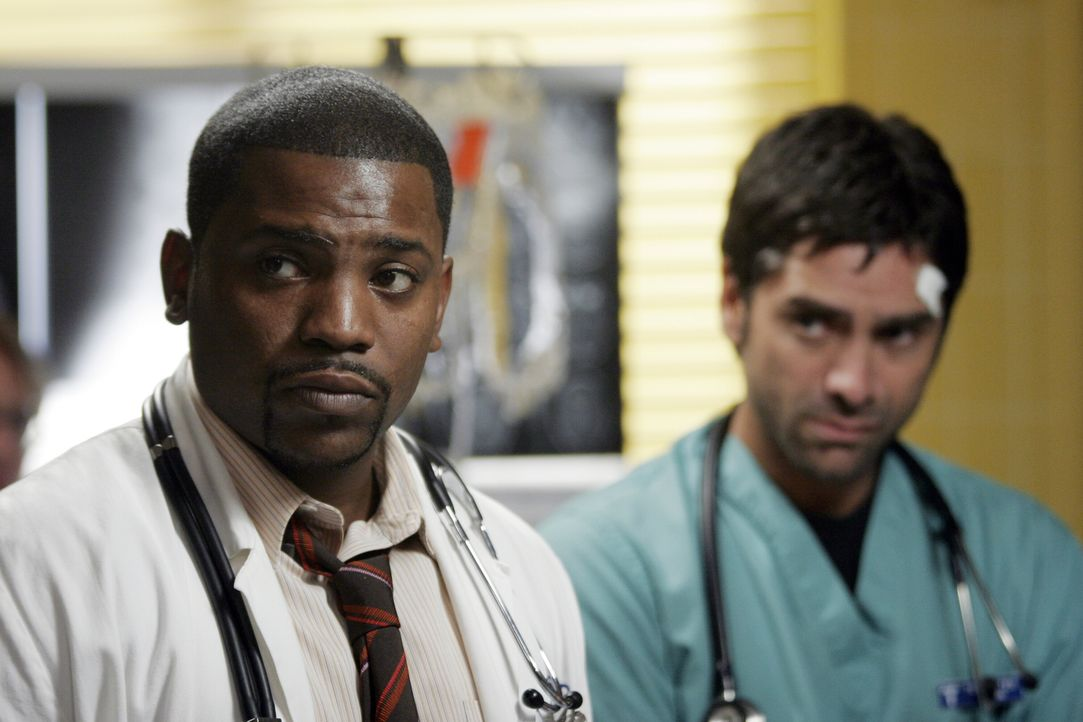 Tony (John Stamos, r.) und Pratt (Mekhi Phifer, l.) versuchen Jimmy zu retten, nachdem Tony einen Fehler gemacht hat ... - Bildquelle: Warner Bros. Television