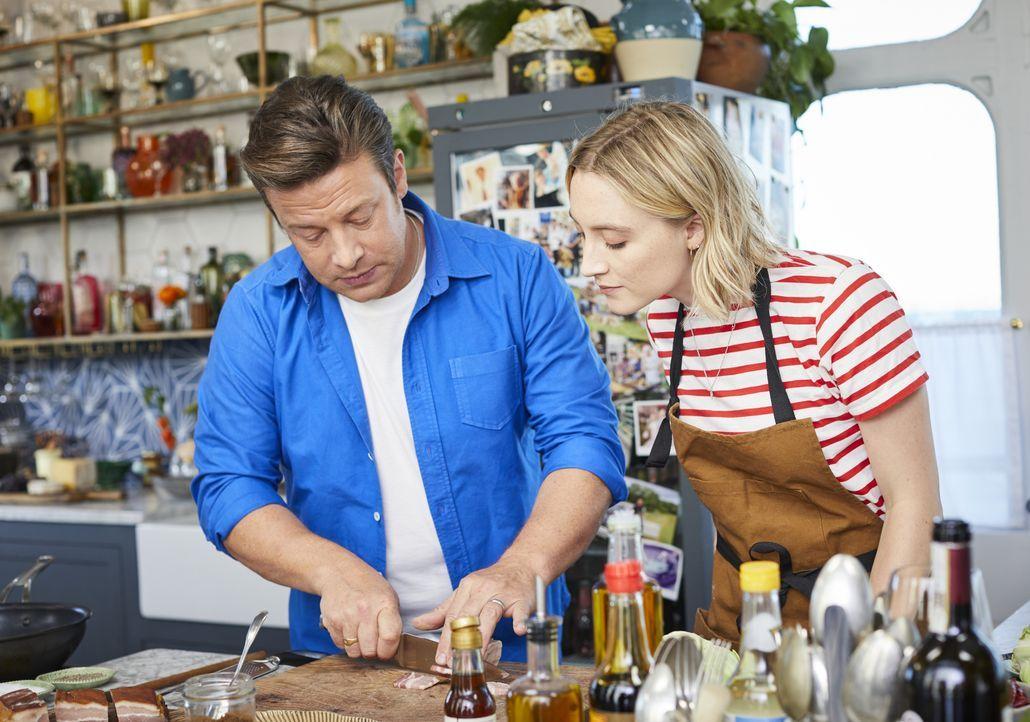 Jamie Oliver (l.); Saoirse Ronan (r.) - Bildquelle: Steve Ryan 2019 Jamie Oliver Enterprises Ltd. / Steve Ryan