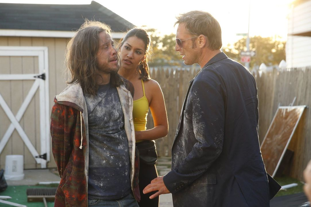 Hat Spike (Johnny Hopkins, l.) etwas mit dem Mord zu tun, in dem das Team gerade ermittelt? Meredith (Janina Gavankar, M.) und Jake (Josh Lucas, r.)... - Bildquelle: Warner Bros. Entertainment, Inc.