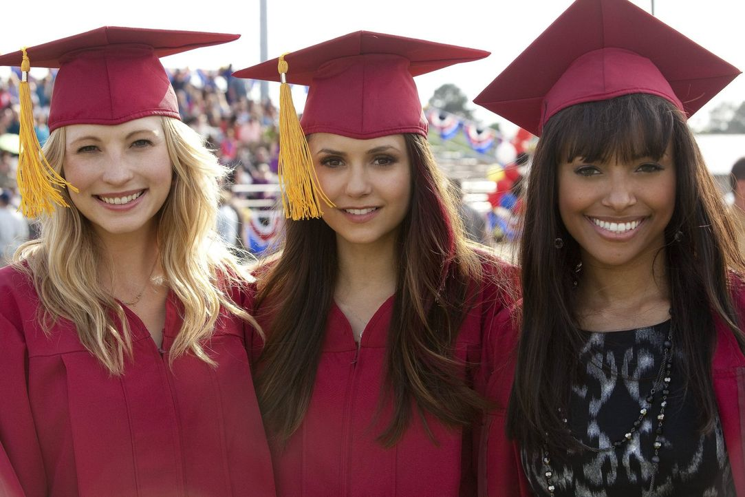 Caroline (Candice Accola, l.), Elena (Nina Dobrev, M.) und Bonnie (Kat Graham, r.) sind stolz, endlich ihr Abschlusszeugnis in der Tasche zu haben. - Bildquelle: Warner Brothers