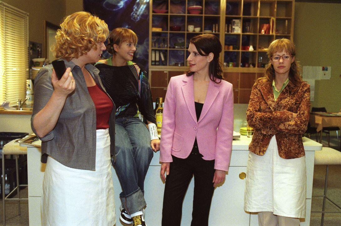 Lisas (Alexandra Neldel, r.) Kolleginnen Agnes (Susanne Szell l.), Hannah (Laura Osswald, 2.v.l.) und Inka (Stefanie Höner, 2.v.r.) rätseln, wer am... - Bildquelle: Noreen Flynn SAT.1 / Noreen Flynn