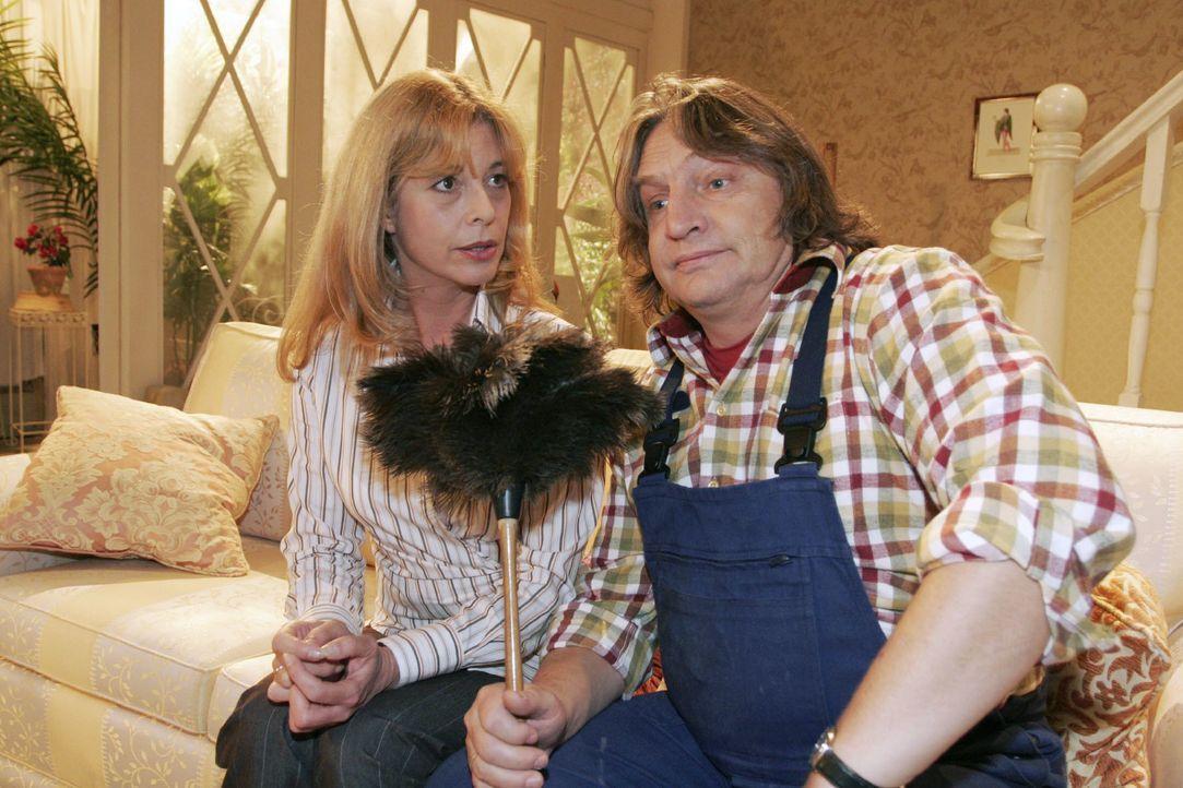 Bernd (Volker Herold, r.) redet sich bei Laura (Olivia Pascal, l.) seinen Kummer von der Seele. - Bildquelle: Noreen Flynn SAT.1 / Noreen Flynn