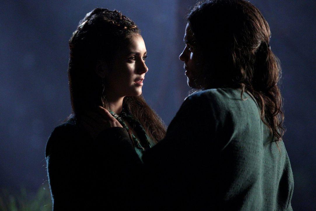 Alles, was seine Mutter Elijah (Daniel Gillies, r.) über Tatia (Nina Dobrev, l.) erzählt, kommt ihm wie eine Lüge vor, doch ist es möglicherweise do... - Bildquelle: Warner Bros. Television