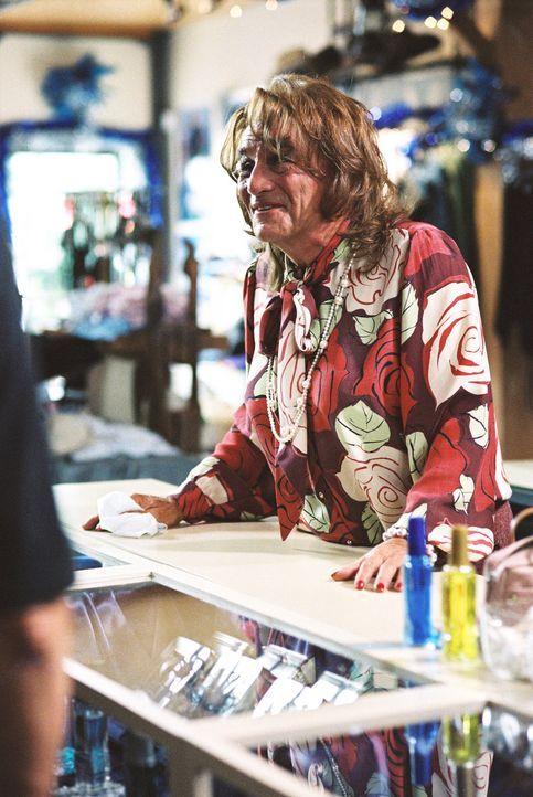 Engel Max (Peter Falk) kann in jede beliebige Rolle schlüpfen, um den Menschen zu helfen ... - Bildquelle: TM &   2012 CBS Studios Inc. All Rights Reserved.